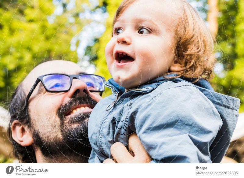 Ein Vater mit seinem Baby im Arm. Lifestyle Ferien & Urlaub & Reisen Tourismus Abenteuer Sommer Berge u. Gebirge wandern Sport Kind Kleinkind Junge Mann