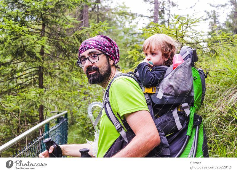 Ein Vater mit seinem Baby im Berg Lifestyle Ferien & Urlaub & Reisen Tourismus Abenteuer Sommer Berge u. Gebirge wandern Sport Kind Kleinkind Junge Mann