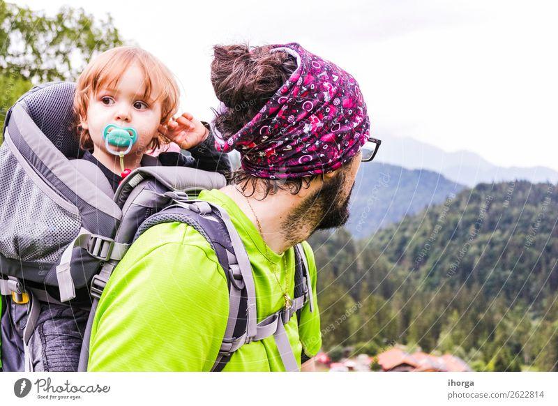Ein Vater mit seinem Baby im Berg Lifestyle Ferien & Urlaub & Reisen Tourismus Abenteuer Expedition Sommer Berge u. Gebirge wandern Sport Kind Kleinkind Junge