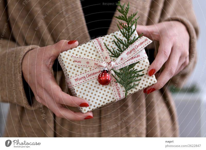 Frauenhände halten Weihnachtspäckchen I Weihnachten & Advent Schleife Paket Vorfreude Zusammensein Idee Handel Geschenk Merry Christmas festhalten