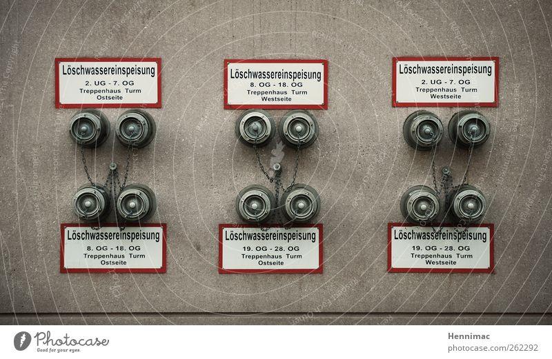 Löschlöcher. weiß rot Wand Mauer Metall braun Fassade Schilder & Markierungen Ordnung Beton paarweise Hinweisschild Sicherheit rund Röhren parallel