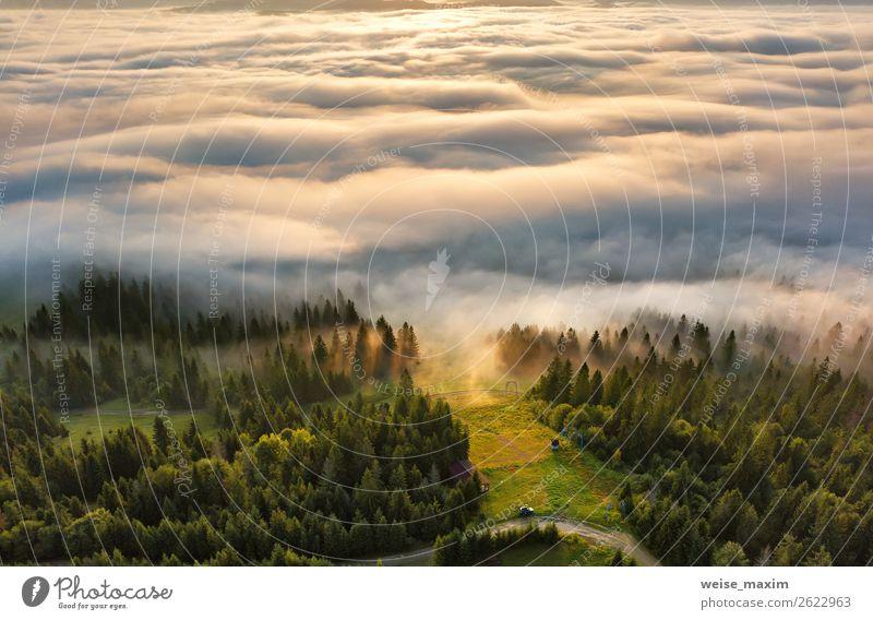 Sonnenaufgang in den Bergen. Nebelmeer hinter der Spitze des Hügels Ferien & Urlaub & Reisen Tourismus Sommer Meer Berge u. Gebirge Umwelt Natur Landschaft