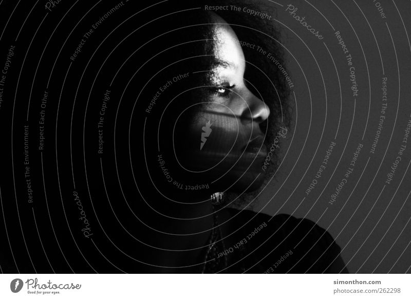 schatten feminin Gesicht 1 Mensch Locken Afro-Look Glaube rassissch Schattenspiel Schattenkind ruhig ruhend nachdenklich Schwarzweißfoto Innenaufnahme