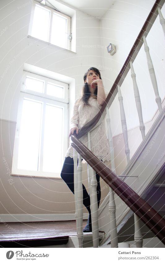 wartend. Wohnung Treppenhaus Treppengeländer Geländer Fenster Altbauwohnung feminin Junge Frau Jugendliche Erwachsene 1 Mensch 18-30 Jahre Kleid Strumpfhose