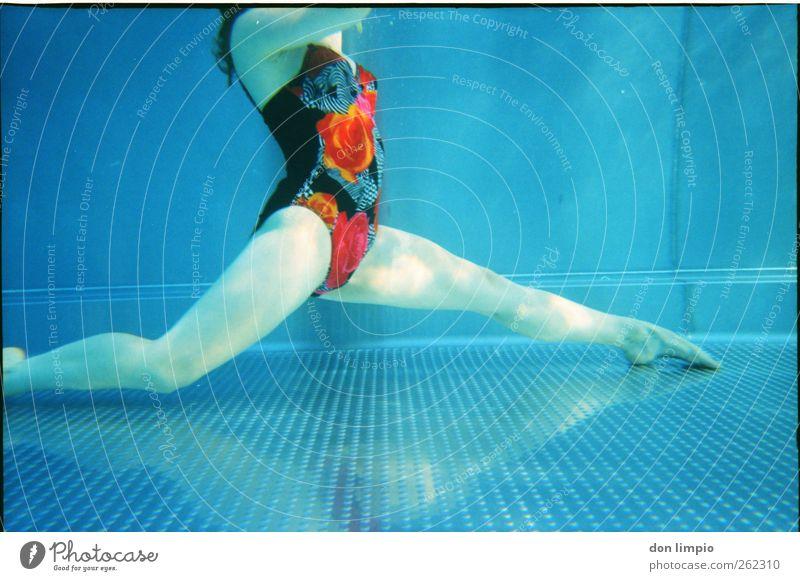 ...und dann ein spagat. Mensch Jugendliche blau schön Erwachsene feminin kalt Körper Freizeit & Hobby Schwimmen & Baden elegant 18-30 Jahre retro Junge Frau dünn tauchen