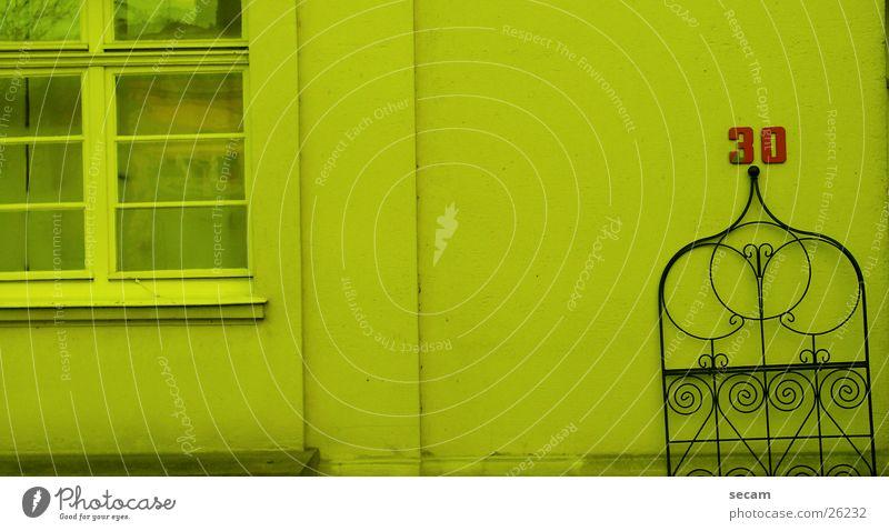 30 gelb Haus Wand obskur Tor Filter blau Außenaufnahme