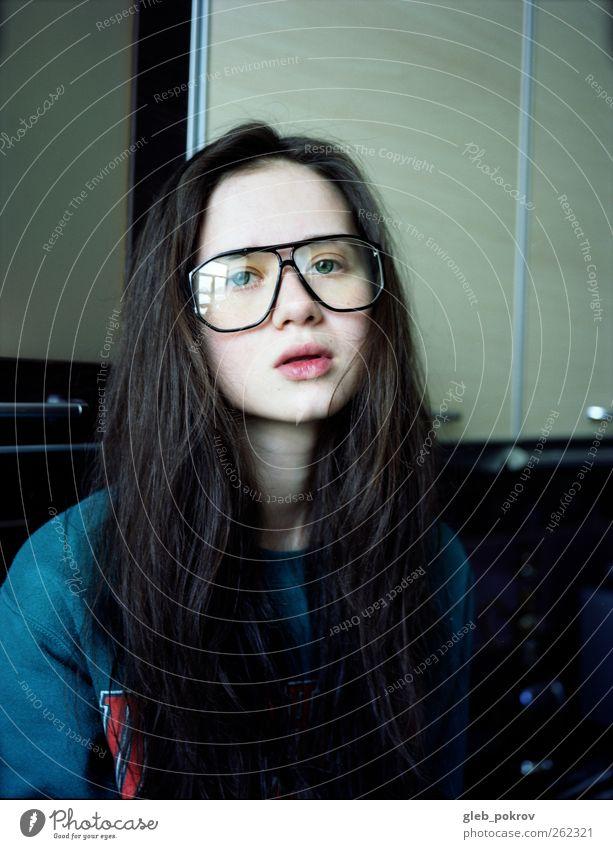 Jugendliche blau weiß schwarz Gesicht grau Kopf Haare & Frisuren Stil braun elegant sitzen Häusliches Leben Lifestyle Junge Frau Brille