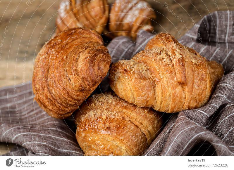 frisch gebackene Brötchen mit Mandeln. Croissants und Brioches Lebensmittel Dessert Süßwaren Frühstück lecker Tradition Kuchen Bonbon Bäckerei gebastelt süß