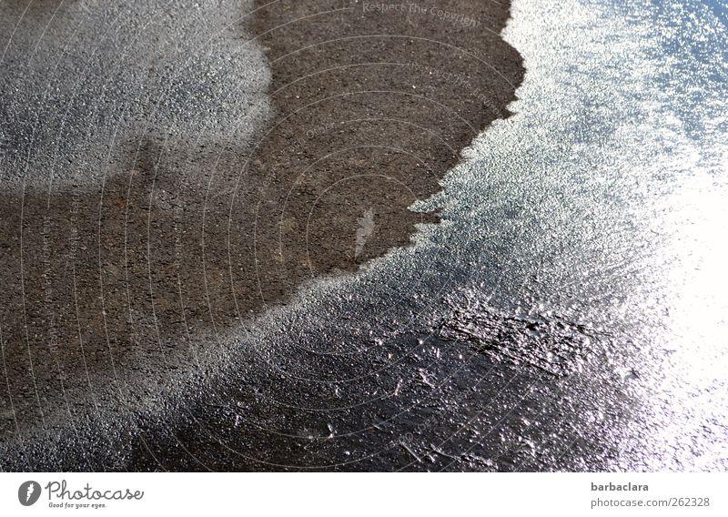 Spuren hinterlassen Wasser Winter schwarz Straße kalt grau Wege & Pfade Stein Linie Erde Eis glänzend leuchten Streifen Wandel & Veränderung Frost