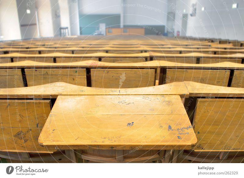 semesterferien Bildung Wissenschaften Schule lernen Schulgebäude Klassenraum Tafel Studium Hörsaal Tischplatte Sitzreihe Graffiti Holz Semesterferien dozieren