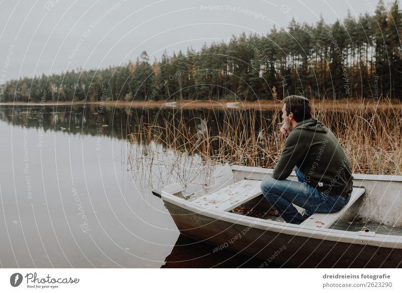 Mann sitzt in Boot am See Mensch Ferien & Urlaub & Reisen Natur Erholung Erwachsene Herbst natürlich Traurigkeit Glück Zufriedenheit träumen sitzen Idylle