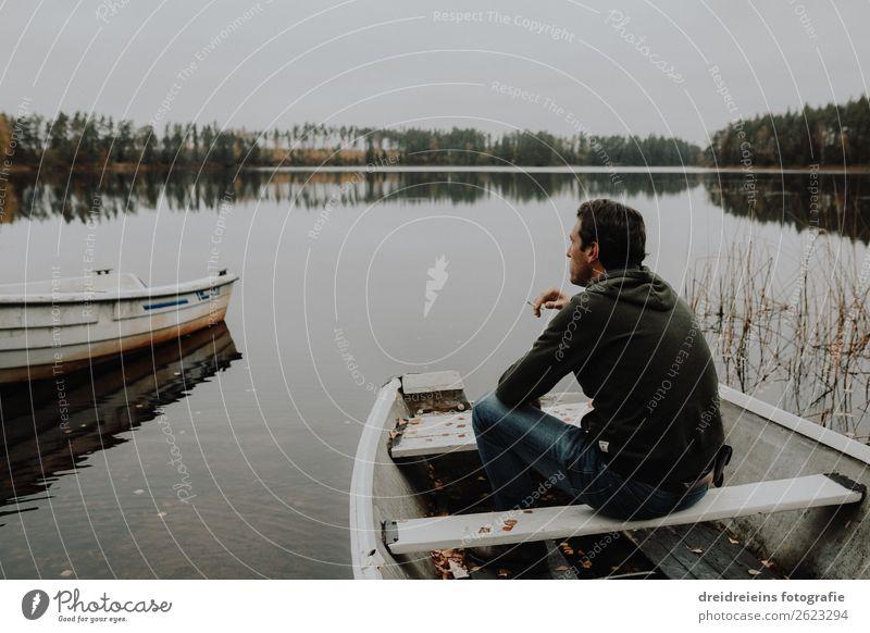 Mann sitzt in Ruderboot auf See und raucht eine Zigarette Abenteuer Freiheit maskulin Erwachsene 1 Mensch Landschaft Frühling Sommer Herbst Küste Seeufer