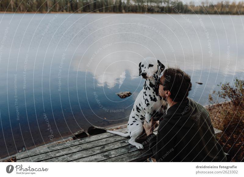 Hund Dalmatiner sitzt mit Mann Herrchen am See Natur Wasser Landschaft Erholung Erwachsene natürlich Zusammensein Freundschaft maskulin genießen Warmherzigkeit