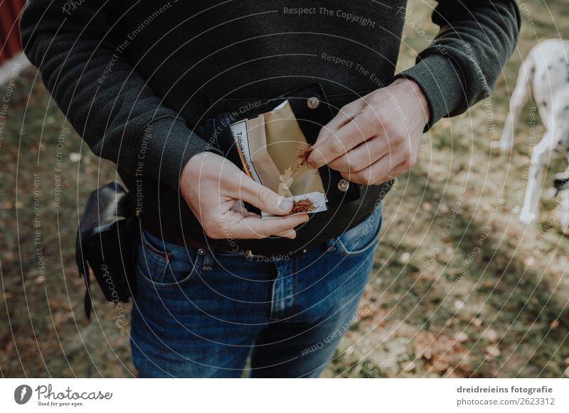 Mann dreht Zigarette mit Tabak drehen Hände männlich Tabakbeutel genießen rauchen Gesundheit