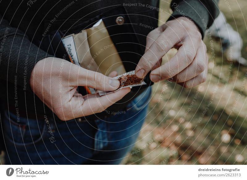 Hände drehen Zigarette Lifestyle Hand Rauchen Gefühle Coolness Drogensucht Gesundheit Tabak Tabakwaren Zigarette drehen Sucht Suchtverhalten Abhängigkeit
