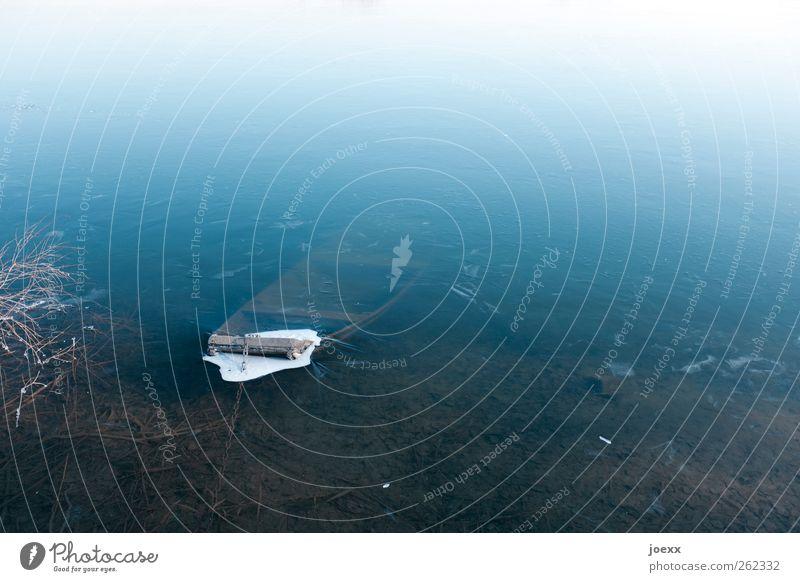 Tauchstation Natur alt blau Wasser weiß Winter ruhig kalt See Wetter Eis Frost fest Seeufer gefroren Teich