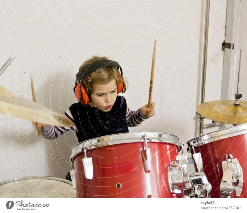 Rockkonzert Mädchen Kind Kleinkind Kindheit Spielen Freude Schlagzeug Musik Musikinstrument Kopfhörer Ohrschützer Freizeit & Hobby musizieren musik machen Klang