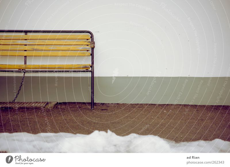 Der Hundertjährige der die Bank verliess, um die Welt zu retten. Winter Schnee Park Mauer Wand Parkbank trist Stadt Einsamkeit Erholung Farbfoto Menschenleer