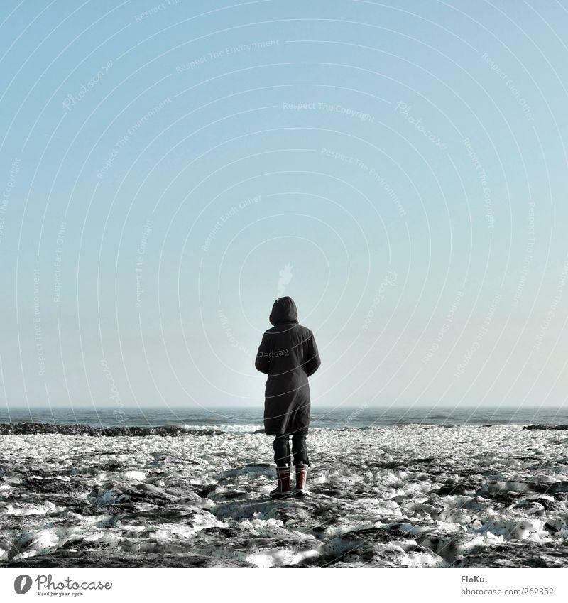 Eisiges Meer Mensch Himmel Natur Jugendliche blau Wasser weiß Meer Winter Einsamkeit Erwachsene Ferne Umwelt kalt feminin Schnee