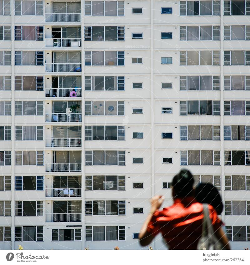 schöner wohnen Mensch Frau Erwachsene Rücken 2 18-30 Jahre Jugendliche Honolulu USA bevölkert Hochhaus Hochhausfassade Balkon Fenster eckig gigantisch Stadt