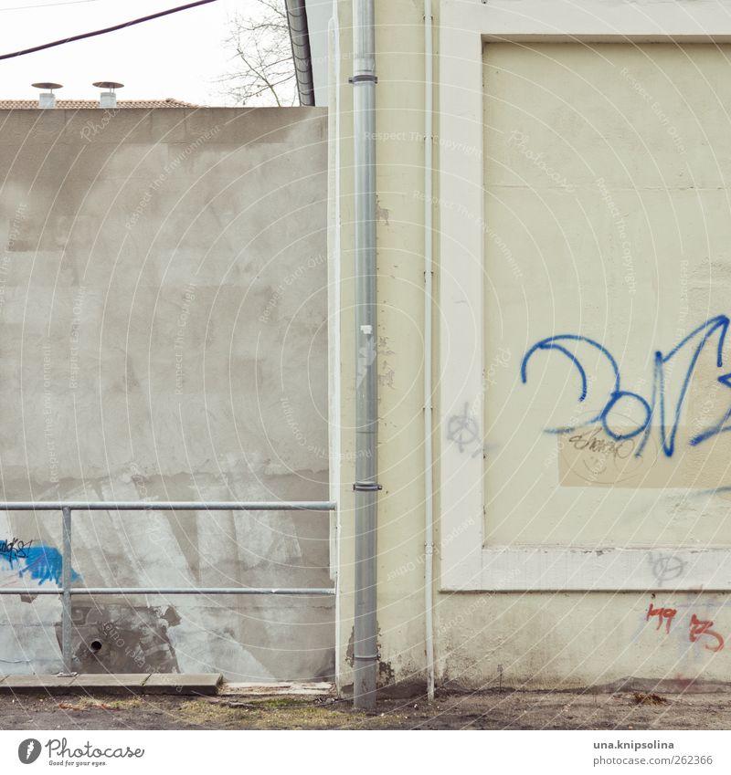 =I[ Mauer Wand Fassade Regenrinne Geländer Beton Metall eckig einfach kaputt trist Graffiti Farbfoto Detailaufnahme Muster Strukturen & Formen Menschenleer
