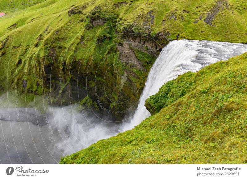natürlicher schöner und schöner Wasserfall auf Island Natur Landschaft Himmel Wolken Nebel Regen Felsen Fluss Stein isländische Landschaft Beautyfotografie