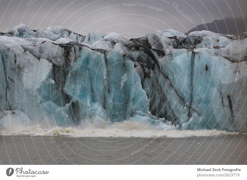 Gletscher stürzt auf Lagunenfjallsarlon in Island ins Wasser. Ferien & Urlaub & Reisen Tourismus Ausflug Sommer Insel Schnee Berge u. Gebirge wandern Natur