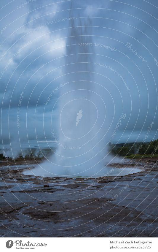 Geysir-Strokkur-Ausbruch im Geysirgebiet auf Island Natur heiß natürlich gold Energie Anziehungskraft Eruption Geothermik kreisen Vulkankrater wüst dramatisch