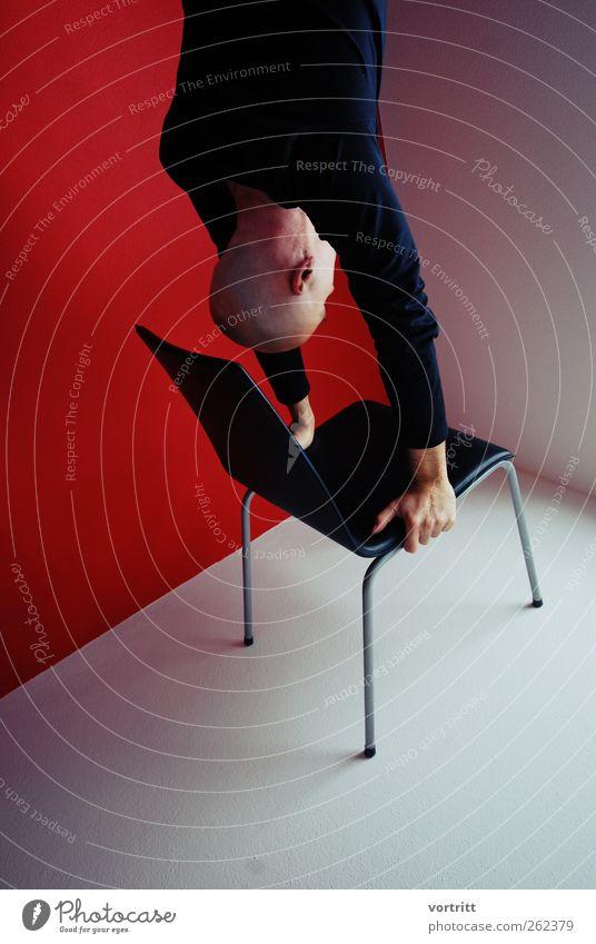 beim Morgentraining Mensch Mann weiß rot schwarz Erwachsene Wand maskulin außergewöhnlich Kraft Stuhl stark Fitness machen sportlich Gleichgewicht