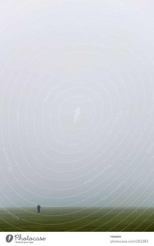 nebelfeld Mensch Mann Erwachsene 1 Umwelt Natur Landschaft Himmel Wolken Gewitterwolken Herbst Klima Wetter schlechtes Wetter Unwetter Nebel Regen Gras Wiese