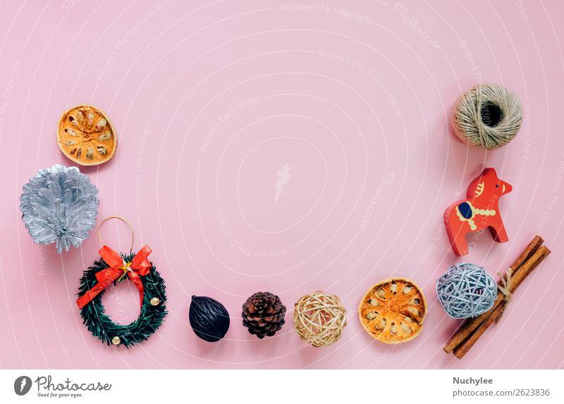 Kreative flache Auflage von Weihnachtsornamenten Kräuter & Gewürze Lifestyle Design Winter Dekoration & Verzierung Schreibtisch Feste & Feiern