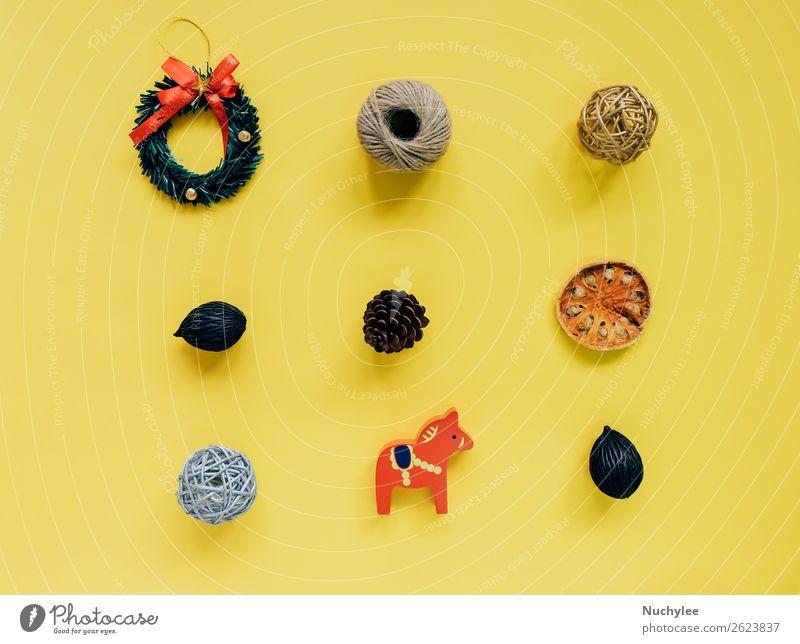Kreative flache Auflage von Weihnachtsornamenten Kräuter & Gewürze Lifestyle Design Glück Winter Dekoration & Verzierung Schreibtisch Feste & Feiern
