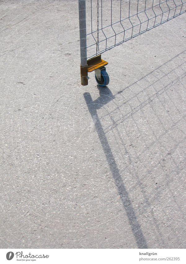 Geöffnet Zaun Gitter grau silber Schutz Sicherheit Rad Bauzaun Metallgitter Barriere offen Eingang Farbfoto Außenaufnahme Menschenleer Textfreiraum links