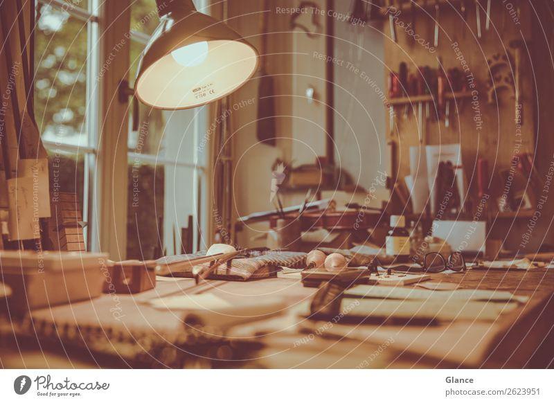 Arbeitsplatz Lampe Schreibtisch Tisch Raum Handwerker Feierabend Werkzeug Holz Arbeit & Erwerbstätigkeit machen natürlich schön braun Stimmung Leben chaotisch