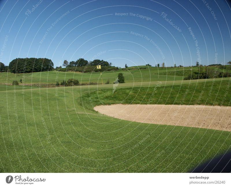 Golfplatz mit Bunker Gras Wiese grün Sauerland Berge u. Gebirge Himmel Sand Rough