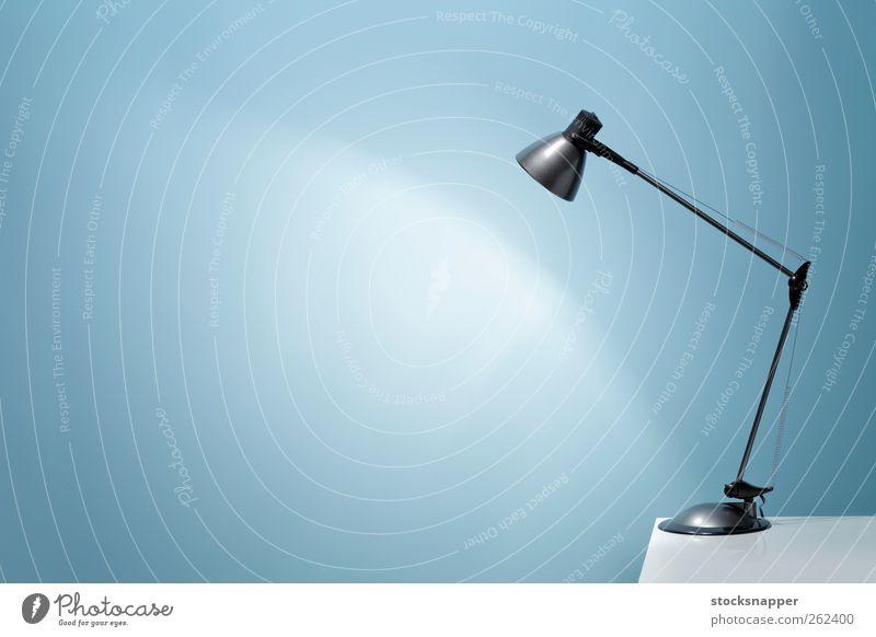 Büroleuchte blau Tisch elektrisch Leuchtkraft leuchten Beleuchtung erleuchten Wand Hintergrund neutral Textfreiraum blanko Menschenleer Objektfotografie