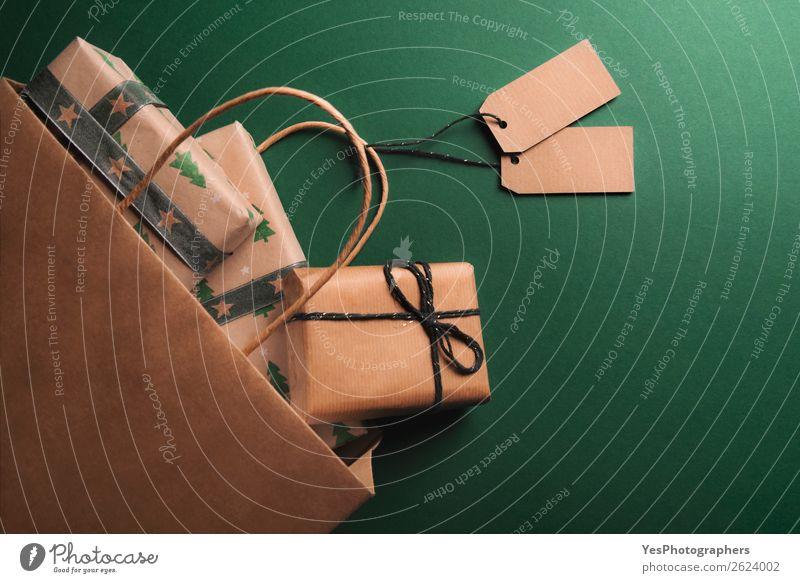 Umgedrehte Papiertasche voller Geschenke elegant Weihnachten & Advent Geburtstag retro viele braun obere Ansicht Jahrestag blanko klassisch Entwurf Kontext