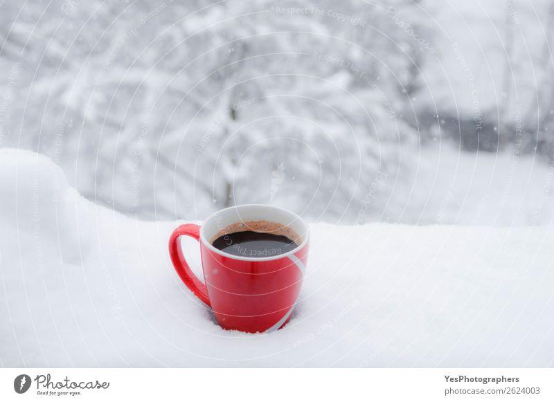 Rote Tasse Kaffee im Freien im Schnee Frühstück Getränk Heißgetränk Lifestyle Erholung Freizeit & Hobby Winter Weihnachten & Advent Silvester u. Neujahr Natur