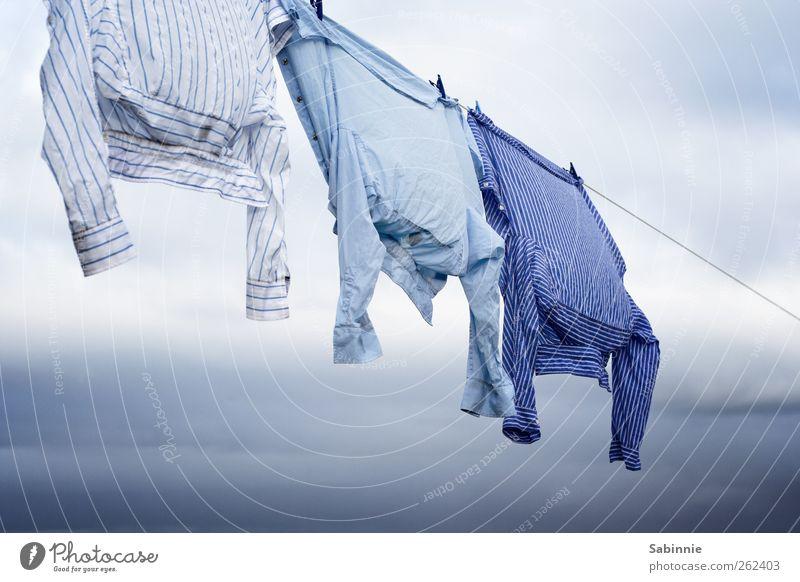 Angeleint Himmel Wolken Wind Bekleidung Hemd gestreift Streifen ästhetisch schön blau weiß Wäsche Wäscheleine Wäscheklammern Wäsche waschen trocknen leicht