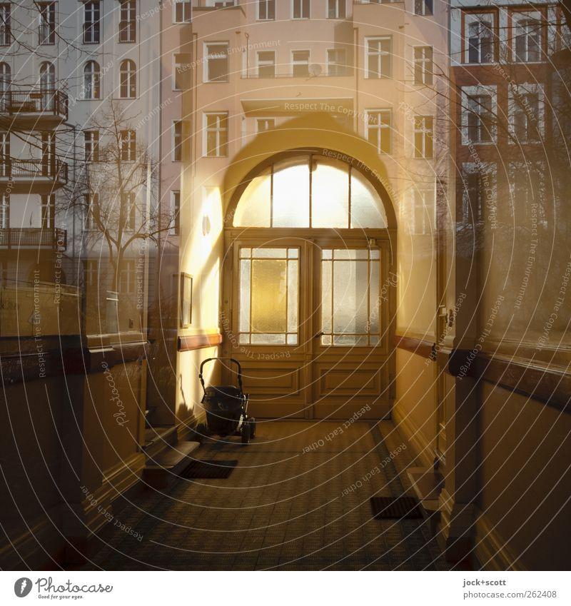 Hindurch und dahinter Ferne Fenster Glück außergewöhnlich braun hell Fassade träumen leuchten Häusliches Leben Idylle Glas fantastisch Warmherzigkeit einzigartig retro