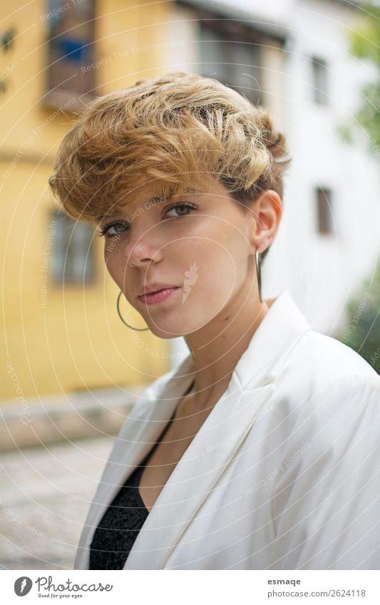 Porträt einer jungen Frau Lifestyle Freude Wellness Leben Junge Frau Jugendliche Dorf Mauer Wand Balkon Terrasse Mode Haare & Frisuren beobachten Beratung