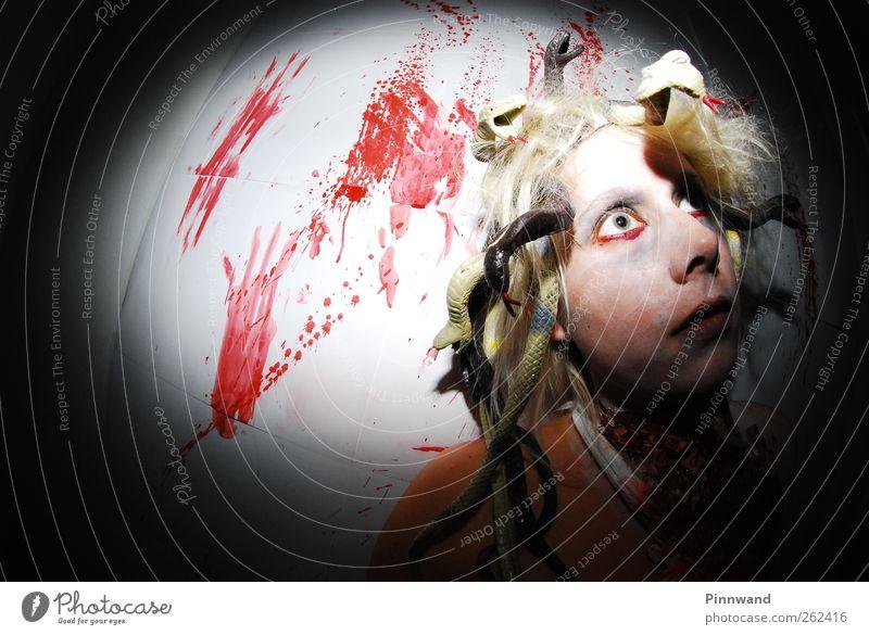 blutige PartyV Schminke feminin Haare & Frisuren Mode träumen Angst Entsetzen Ärger Frustration bizarr Enttäuschung Schlange Medusenhaupt Blut bleich Farbfoto