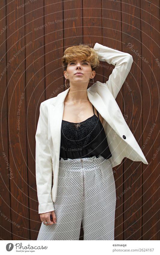 Porträt einer Modefrau feminin Junge Frau Jugendliche Haus Mauer Wand elegant trendy schön einzigartig modern rebellisch Glück Euphorie Ehre Außenaufnahme