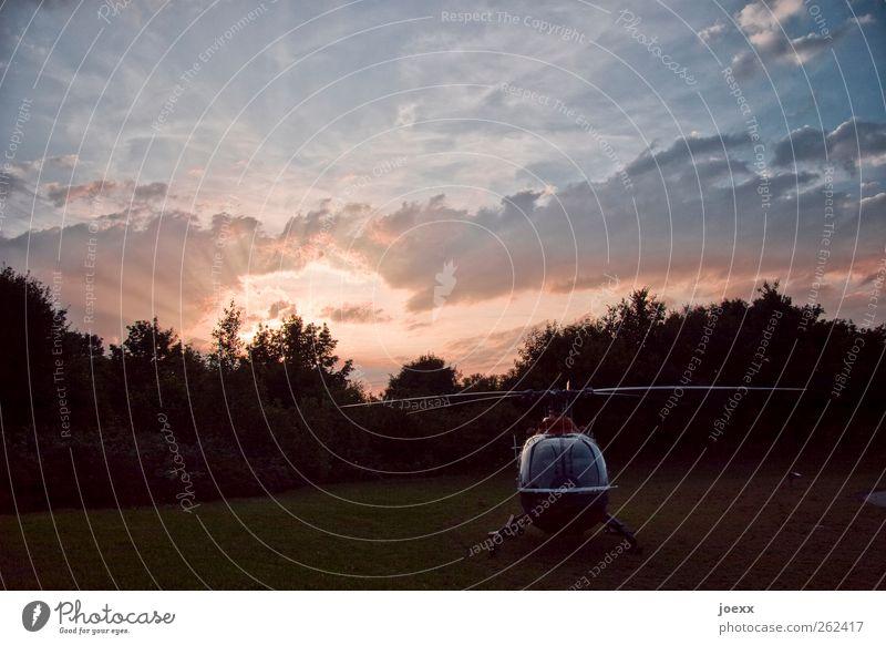 Start klar Sonnenaufgang Sonnenuntergang Sonnenlicht Sommer Wiese Hubschrauber Rettungshubschrauber stehen warten blau grün rosa rot schwarz Hilfsbereitschaft