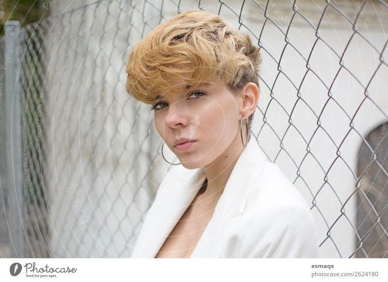Mode Frau Portrait Lifestyle elegant Stil Haare & Frisuren feminin Junge Frau Jugendliche Gesicht Ruine Zaunpfahl Bekleidung Anzug Accessoire Schmuck Ohrringe