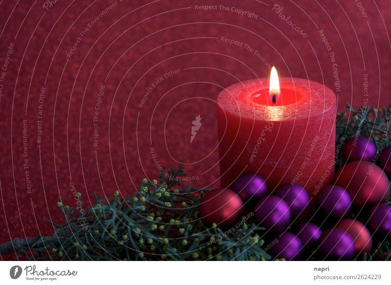 Rote Kerze mit Weihnachtsdekoration I Feste & Feiern Weihnachten & Advent Religion & Glaube Stimmung 1 Flamme rot Textfreiraum Christbaumkugel violett grün