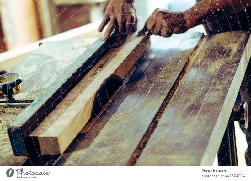 Schreinerwerkzeuge auf Holztisch mit Sägemehl. Kreissäge. Tisch Arbeit & Erwerbstätigkeit Industrie Handwerk Werkzeug Mensch Mann Erwachsene Zähne Metall Stahl