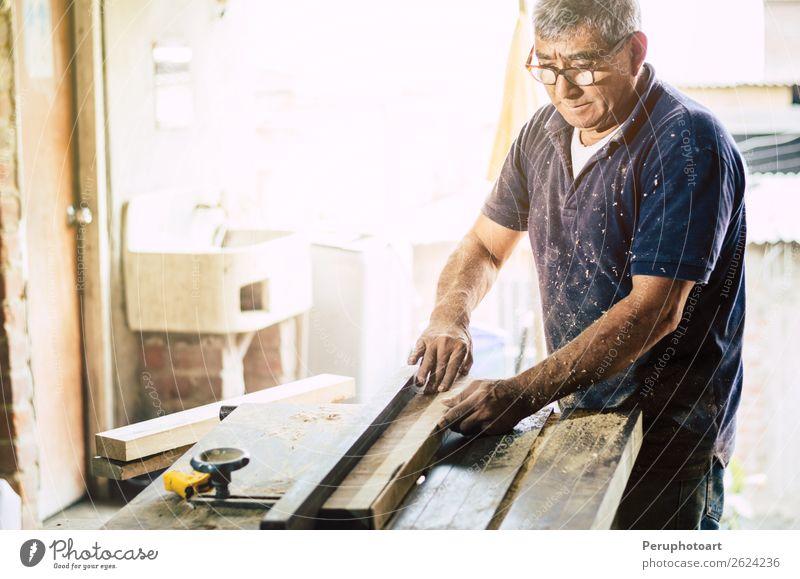 Schreiner schneidet Holzbrett in seiner Werkstatt. Schreibtisch Arbeit & Erwerbstätigkeit Industrie Handwerk Business Werkzeug Säge Mensch Mann Erwachsene