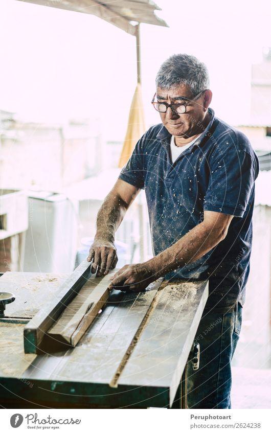 Schreiner beim Schneiden von Holzbrettern Schreibtisch Arbeit & Erwerbstätigkeit Industrie Handwerk Business Werkzeug Säge Mensch Mann Erwachsene Gebäude Metall