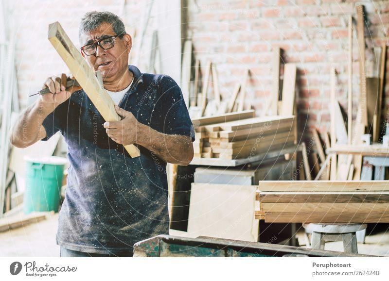 Älterer Zimmermann, der die Holzbohlen überprüft. Möbel Arbeit & Erwerbstätigkeit Handwerker Industrie Business Mann Erwachsene Großvater Vollbart alt machen